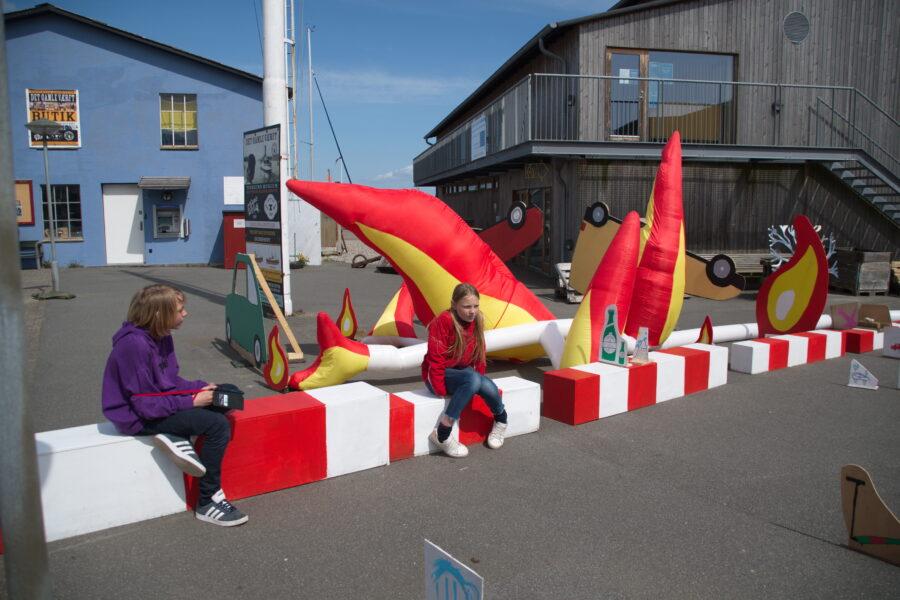 Figurer dukker op på havnen. Foto af Niels Solholm