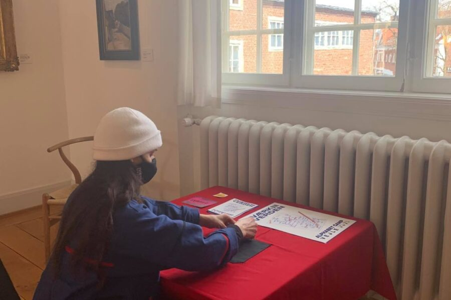 Molly Haslund gør skrivestationer klar. Foto af Another Public