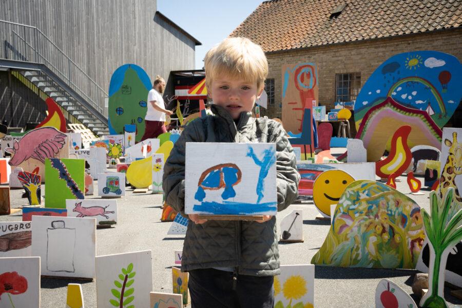 Beboer maler til værket_Foto af Christian Brems 1