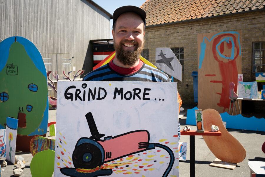 Beboer maler til værket_Foto af Christian Brems 2